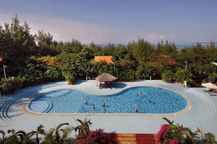 Hồ bơi tại khách sạn Thiên Hải Sơn