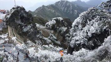 Chiêm ngưỡng Fansipan hùng vĩ đắm chìm trong băng giá mùa đông Sapa