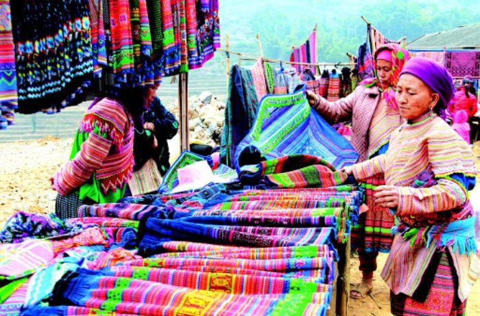Chợ phiên Cán Cấu trở thành những địa điểm du lịch Sapa nườm nượp khách