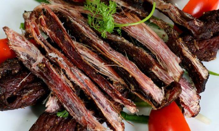 Đừng quên thưởng thức thịt trâu gác bếp khi đi du lịch Sapa tháng 12