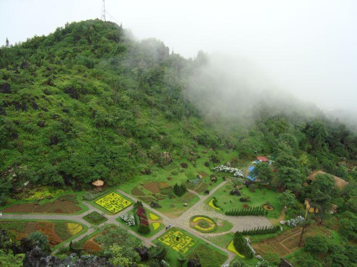 Quang cảnh từ trên cao của Núi Hàm Rồng