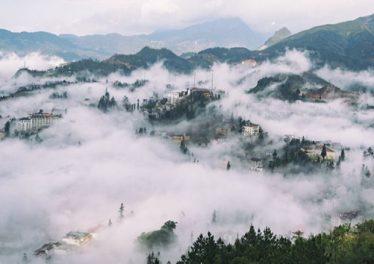 Thị trấn Sapa chìm trong sương và mây