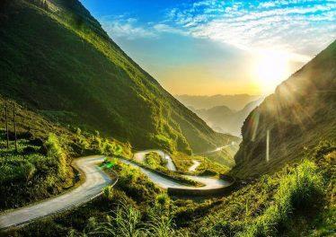 Đèo Mã Pí Lèng đẹp nên thơ khi mặt trời ló rạng