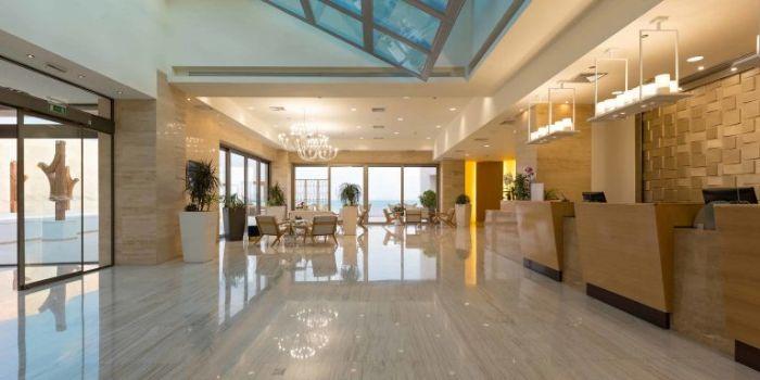 Sảnh khách sạn thiết kế đơn giản