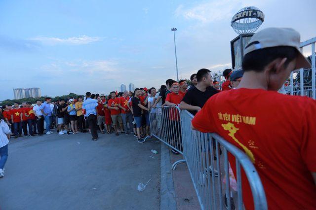 Người hâm mộ xếp hàng xem bóng đá từ phía cổng sân Mỹ Đình