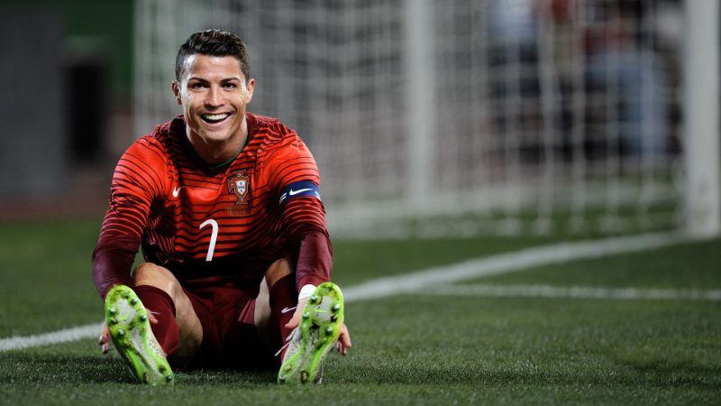 Hình ảnh ngồi trên sân cỏ khá đẹp mắt của chàng trai