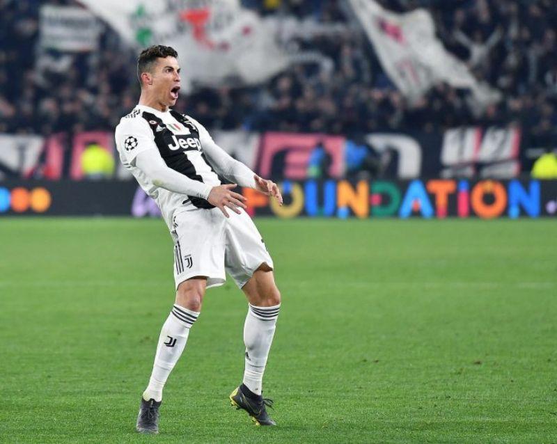 Ronaldo với động tác khá bá đạo trên sân đấu