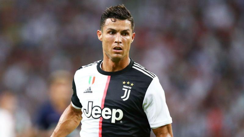 Hình Ronaldo đang thi đấu trên khán đài