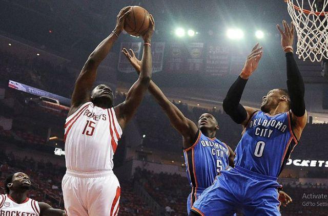 Một động tác rebound trong thi đấu bóng rổ