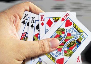 Lưu ý cách chia bài lấy tứ quý nếu bị cắt